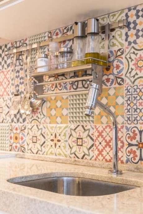 39. Cozinha com bancada de granito e azulejos decorativos. Projeto de Andréa Fonseca