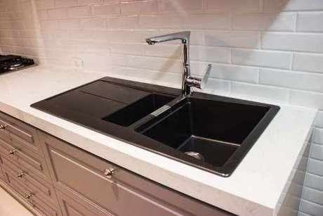 13. O granito claro pode ser usado em bancadas e no chão. Projeto de Lojas Atua Prime