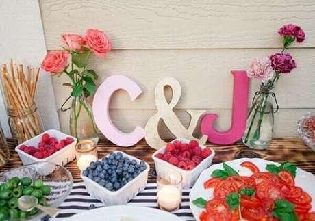 13- A mesa da decoração de noivado é simples e tem as iniciais dos noivos. Fonte: Casa e Festa