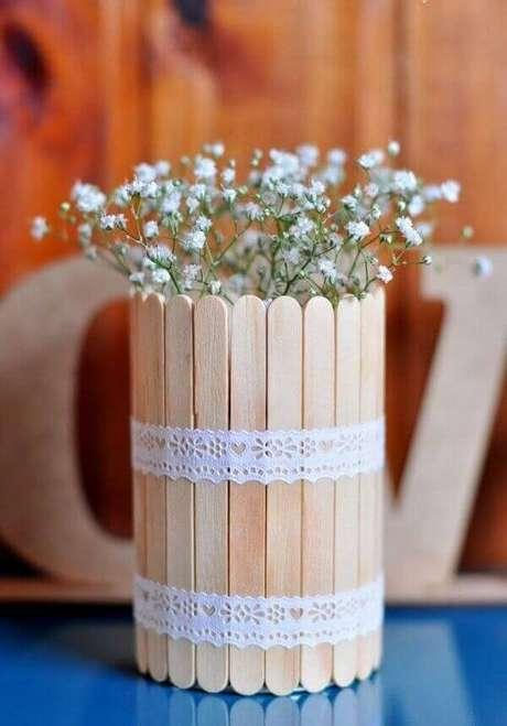 50- Palitos de sorvete decorados com renda são o cachepot para o centro de mesas na decoração de noivado. Fonte: Pinterest
