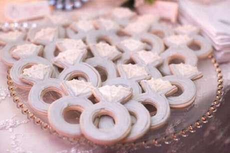 7- Uma das ideias para noivado são os biscoitinhos em formato de anéis. Fonte: Construindo decor