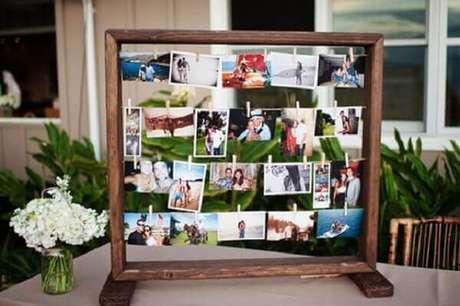 5- Na decoração de noivado o mural de fotos ganha destaque no canto da sala. Fonte: Fottorama