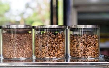 Potes com grãos de café