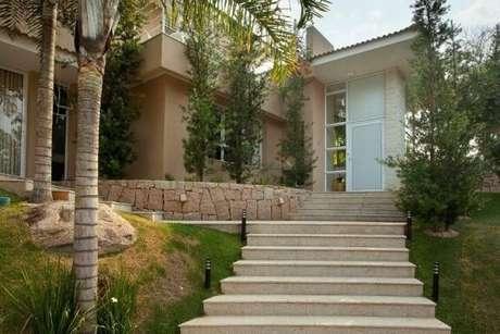 21. Mesmo em áreas externas, o granito é fácil de limpar e manter. Projeto de Jannini Sagarra Arquitetura