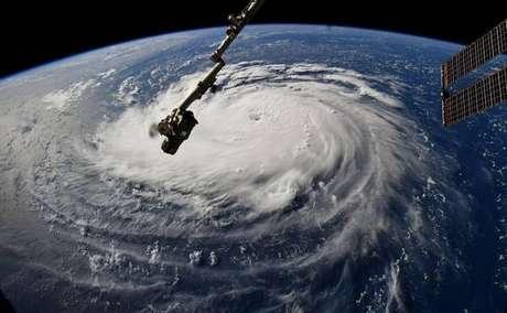 EUA ordena evacuação de 1 milhão de pessoas por furacão