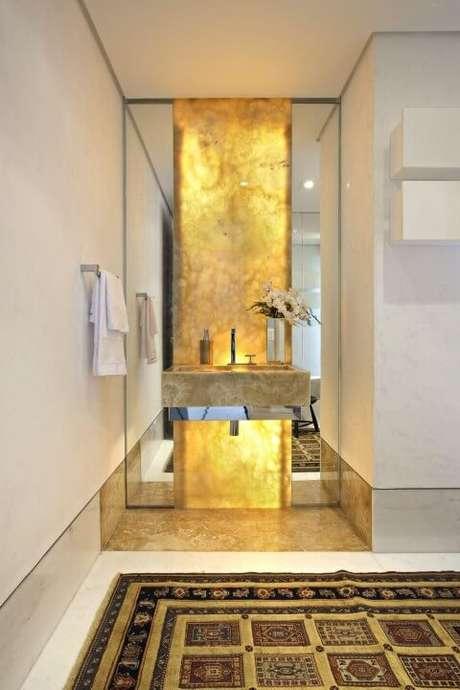 35. Lavabo aberto com cuba de granito e parede com iluminação embutida. Projeto de Gislene Lopes