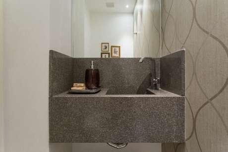 51. Lavabo com pia de granito cinza. Projeto de Kali Arquitetura