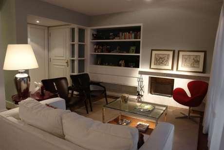 37. Sala de estar clara com lareira revestida de granito. Projeto de Luiz Humberto de Albuquerque
