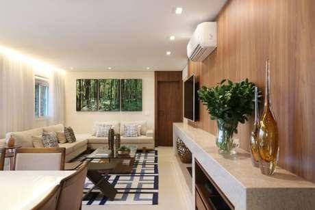 41. Sala de estar com painel de madeira e rack de granito. Projeto de SP Estúdio