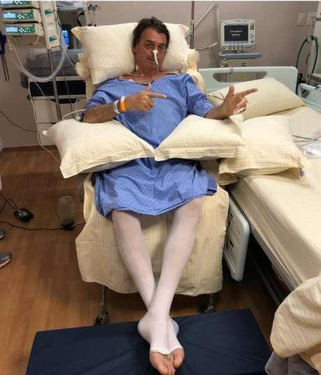 Mesmo no hospital, Bolsonaro manteve a presença nas redes sociais