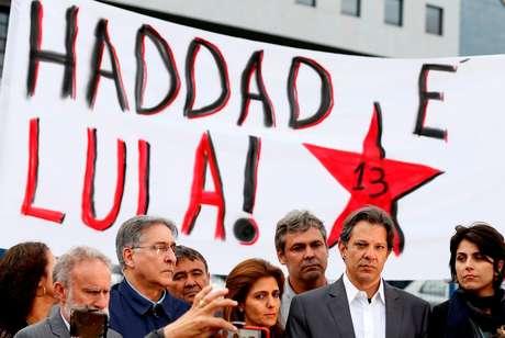 Haddad, com apoiadores e Manoela D´´Avila (D) em Curitiba 11/9/2018 REUTERS/Rodolfo Buhrer