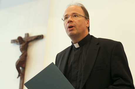 Bispo de Trier Stephan Ackermann durante entrevista coletiva em 2013 17/01/2013 REUTERS/Wolfgang Rattay