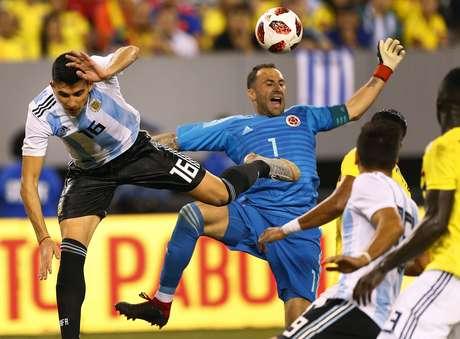 Ospina disputa bola com o ataque argentino