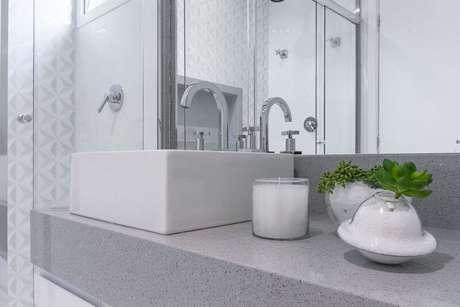 42. Banheiro claro com revestimento 3D na parede dentro do box. Projeto de Bianchi Lima