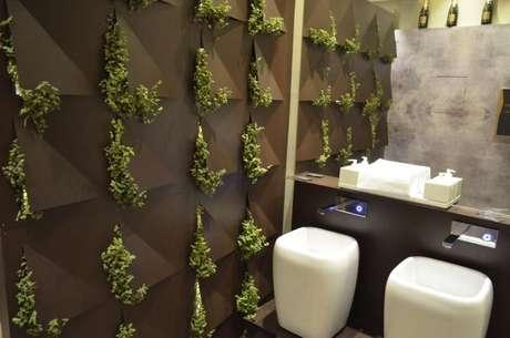 40. Banheiro com parede com revestimento 3D com plantas. Projeto de Casa Cor 2016