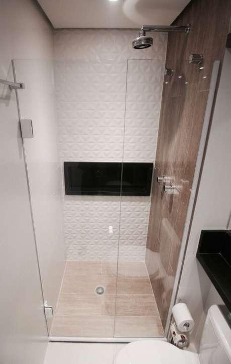 41. Banheiro com revestimento 3D dentro do box. Projeto de Gláucio Gonçalves