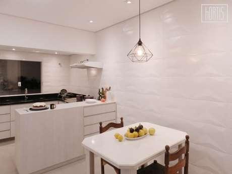 45. Cozinha integrada com revestimento 3D branco nas paredes. Projeto de Henrique Yokoyama Ortis