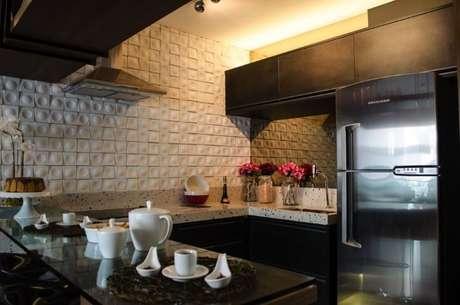 46. Cozinha moderna com revestimento 3D branco e armários pretos. Projeto de Studio Ecoara