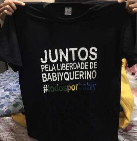 Família conseguiu uma doação de camisas para usar no ato