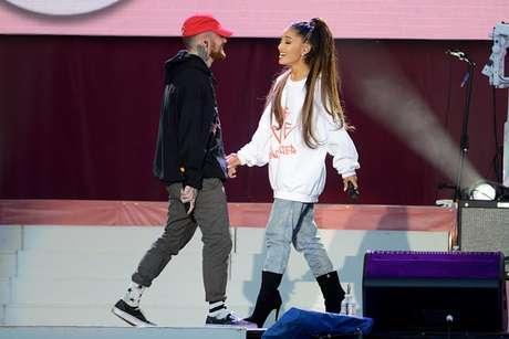 Ariana Grande e Mac Mille durante apresentação beneficente em Manchester, Inglaterra