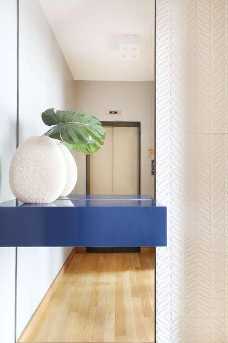50. Hall com parede espelhada e com revestimento 3D com estampa de folhas. Projeto de Estúdio AE