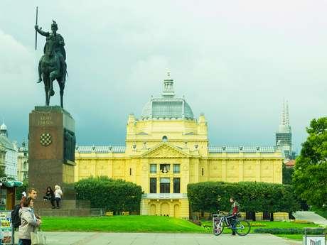 Praça Tomislav com a estátua do Rei Tomislav, em Zagreb, na Croácia