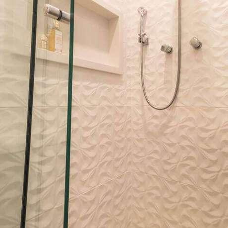 1. O revestimento 3D é democrático e pode ser colado até no banheiro. Projeto por Elen Saravalli.