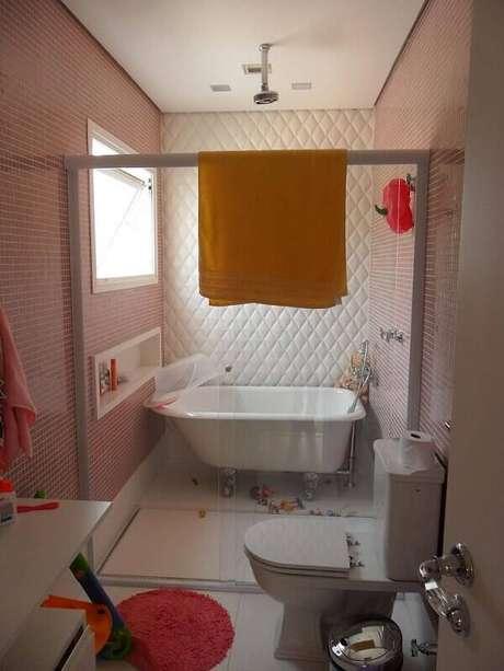 11. O revestimento 3D dá um toque retrô ao banheiro. Projeto por Camila Amaral.