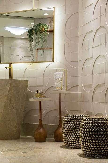 36. O banheiro com revestimento 3D grande fica moderno e elegante. Projeto por Morar Mais por Menos Goiânia.