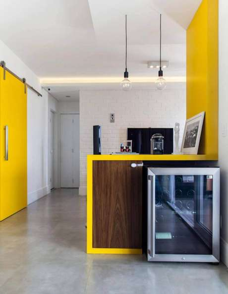 12. Revestimento 3D de tijolinhos na cozinha traz graça e descontração. Projeto por Melina Romano.