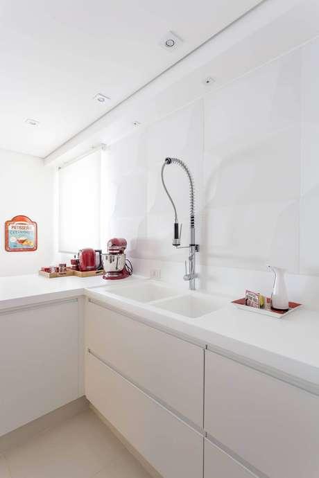 38. A cozinha branca total tem painel 3D discreto e elegante. Projeto por Mariana Luccisano.