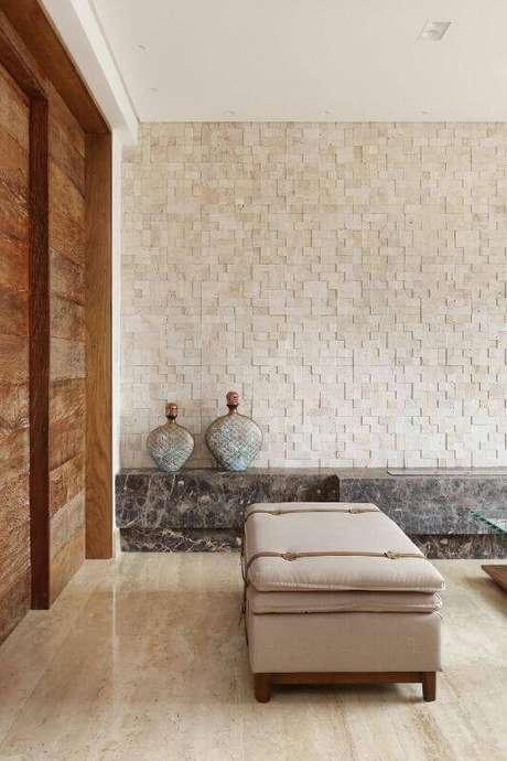 33. A parede da sala de estar com revestimento em pastilhas 3D fica bonita até com a luz do dia. Projeto por Studio BR.