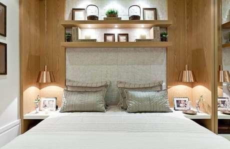 6. O revestimento de parede 3D ganha iluminação na cabeceira da cama de casal. Projeto por Maithia Guedes.