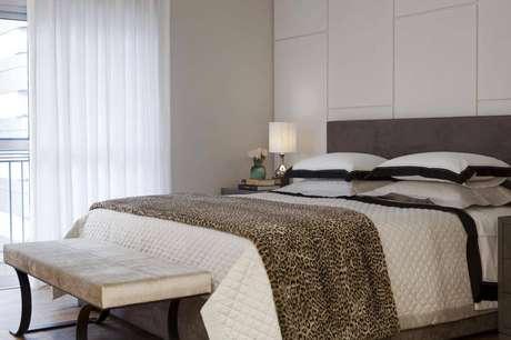 7. As placas de revestimento 3D ficam harmoniosas junto com a cabeceira da cama de casal. Projeto por Beto Galvez e Norea de Vitto.