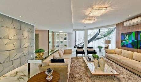 9. O revestimento 3D na cor cinza fica elegante e deixa a sala de estar mais contemporânea. Projeto por Espaço do Traço.