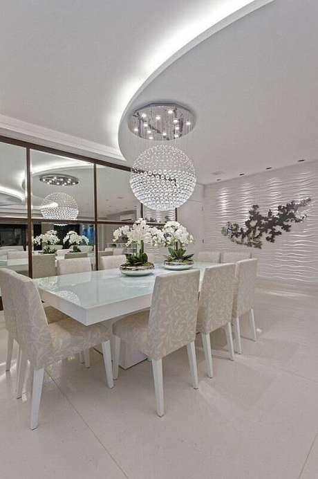 10. O revestimento 3D de parede na sala de estar toda branca ganha o destaque das luminárias. Projeto por Iara Kilaris.