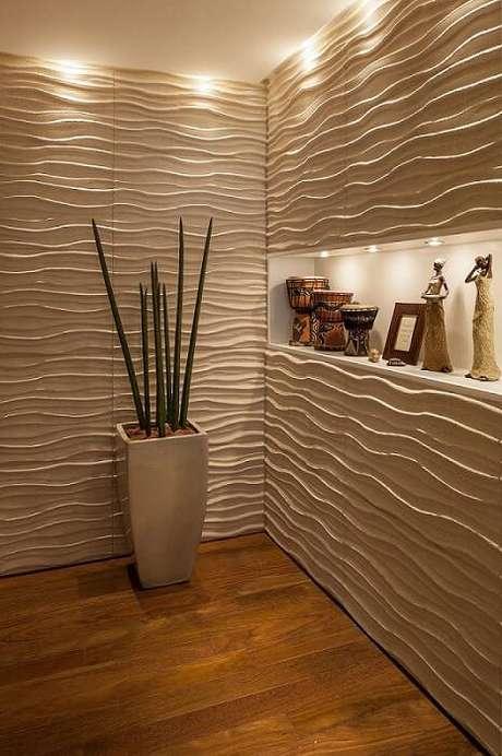 16. A iluminação é capaz de deixar a textura do revestimento 3D mais destacada. Projeto por Mariana Luccisano.