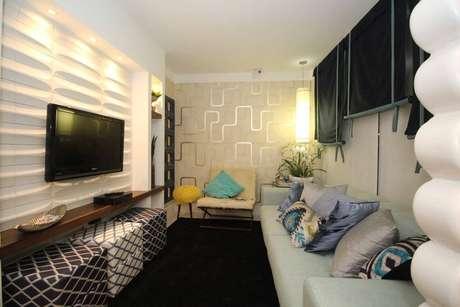 25. O revestimento de parede 3D pode ser combinado com papel de parede. Projeto por Paraguaçu Sá.