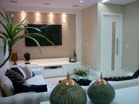 26. A sala de estar pequena fica mais bonita com detalhe de revestimento 3D.