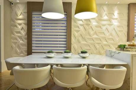 31. Os padrões maiores de revestimento 3D ficam bem em ambientes amplos, como essa sala de jantar da Casacor 2016.