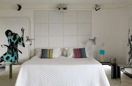 8. O revestimento 3D pode fazer as vezes da cabeceira da cama de casal. Projeto por Camila Valentini.