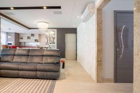 67. Sala com conceito aberto com parede com revestimento 3D branco