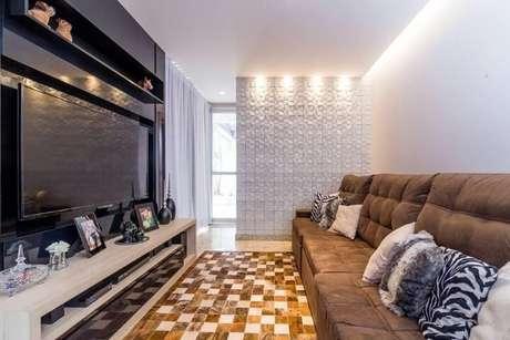 68. Sala de TV com meia parede com revestimento 3D branco. Projeto de Mariana Lazarini Prado Generos