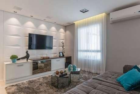 69. Sala de TV com revestimento 3D e iluminação spot. Projeto de Idealizzare Arquitetura