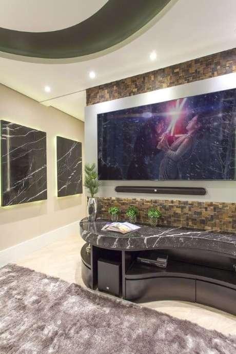 61. Sala de TV com revestimento 3D marrom. Projeto de Iara Kilaris