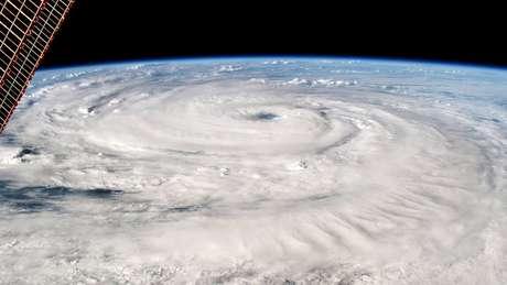 Florence teve sua intensidade rebaixada para uma tempestade de categoria 2 (com ventos de 165 km/h), mas ainda amedronta
