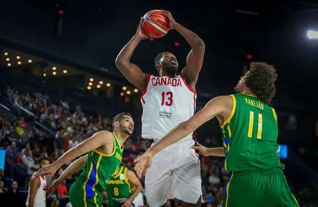Anderson Varejão fights with Tristan Thompson in the match between Brazil and Canada; the two played together in the Cleveland Cavaliers of the NBA.