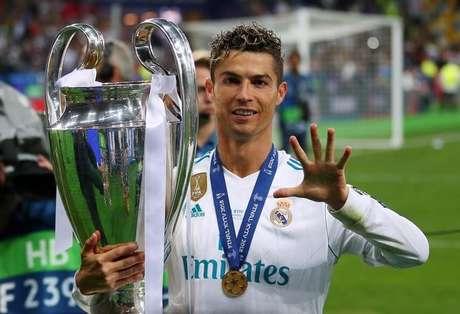 Cristiano Ronaldo segura taça da Liga dos Campeões após vencer a final