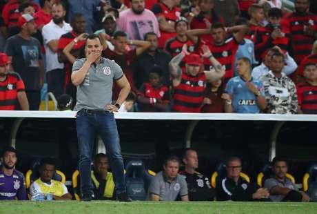 Jair Ventura comandando o time do Corinthians contra o Flamengo