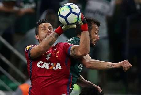 O goleiro Fábio, do Cruzeiro, disputa bola com o palmeirense Edu Dracena